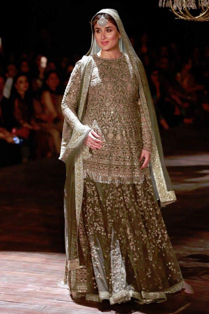 Pregnant Kareena Kapoor Walk the Ramp with Baby Bump
