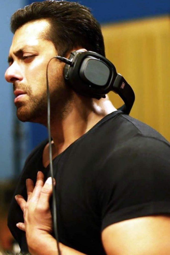 Salman Khan claims he is a better singer than Shah Rukh