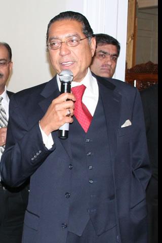 Ambasador Munir Akram, writer Samina qureshi, Gen (R) Anees Bajwa in Middle at back-2