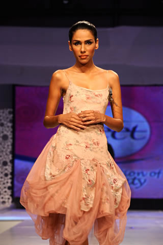 Saadia Mirza's collection at Veet Celebration of Beauty 09
