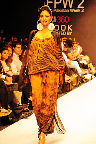 Sanam Chaudhri at Karachi Fashion Week 2010
