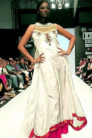 Summiya Warsi & Taheen Perflife at Fashion Pakistan Week 2010