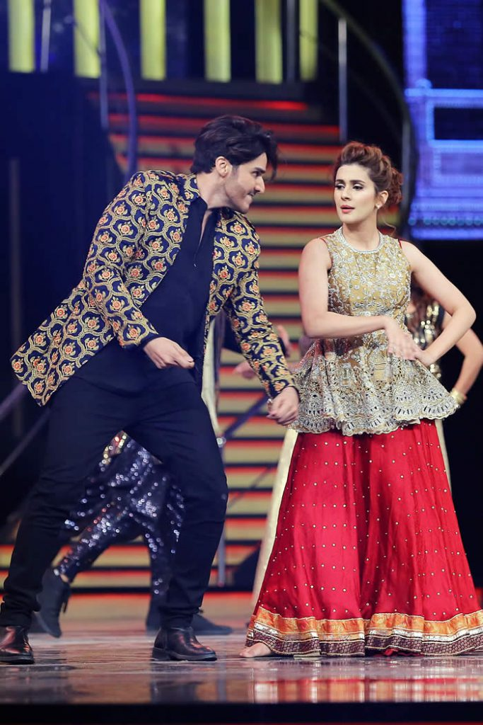 Kubra Khan and Ahsan Khan complete Dance Performance at 5th Hum awards 2017
