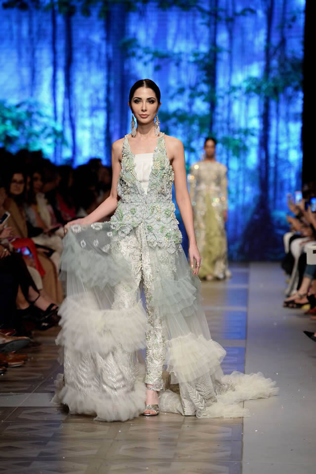 1daa51a144 Sana Safinaz Showcased their latest bridal collection at the L'Oreal Bridal  Week 2017 on Day 2.