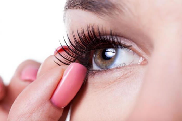 4 Effortless Tricks To Get Celebrity-Like Long And Thick Eyelashes